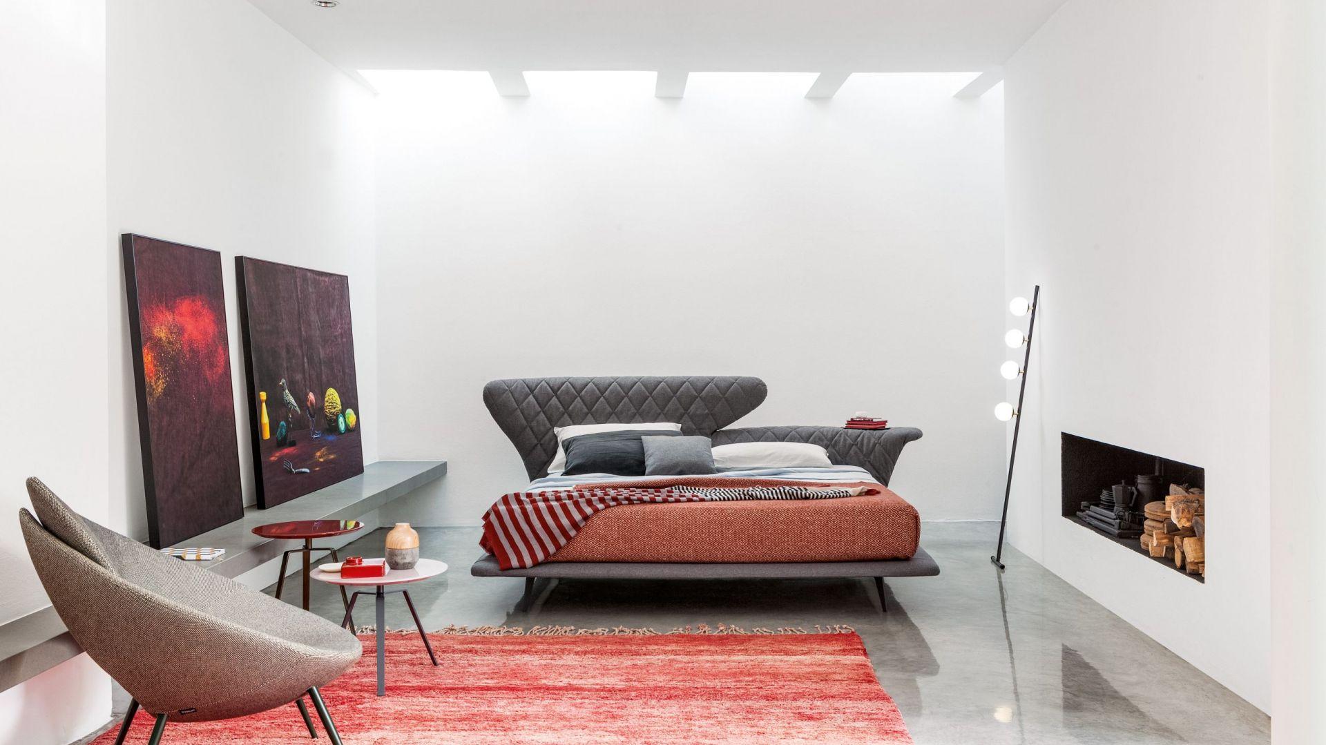 Łóżko Lovy (proj. Sergio Bicego) wyróżnia niezwykły pikowany zagłówek z wzorem rombu, który pełni jednocześnie funkcję efektownego oparcia i praktycznego blatu. Fot. Bonaldo