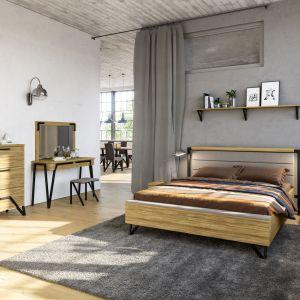 Kolekcja Pik to meble do sypialni w loftowym wydaniu; dekorację prostych brył o frontach z litego drewna, korpusach w naturalnej okleinie stanowią charakterystyczne metalowe nogi i uchwyty. Fot. Mebin