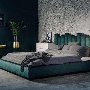 Tapicerowane łóżko Tiramisu zachwyca nowoczesną elegancją za sprawą tapicerki w modnym głębokim odcieniu zieleni i nietypowego zagłówka, który tworzą pionowe elementy o zmiennej wysokości. Fot. MTI-Furninova