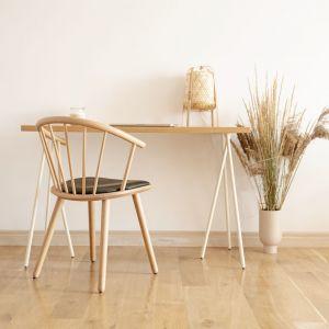 Prosta konstrukcja biurka skog nawiązuje wyglądem do norweskich lasów. Układ nóg, które podpierają naturalny drewniany blat, przypomina drzewa wyrastające z ziemi. Ażurowa, niecodzienna konstrukcja biurka skog, zwiększa optycznie przestrzeń i sprzyja kreatywności.
