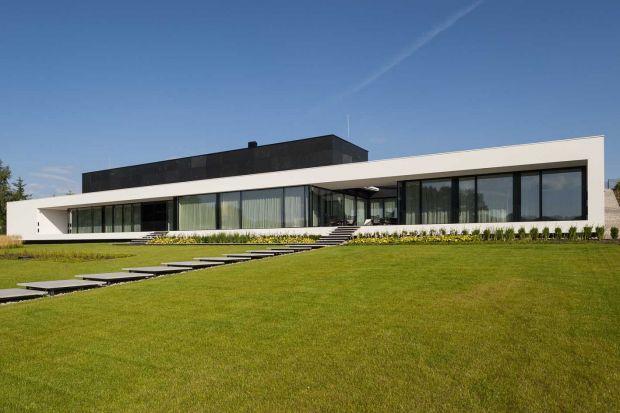 Architektura budynku podporządkowana jest sąsiedztwu mazurskiego jeziora, nad którym powstał dom. Zabudowa nie zakłóciła pejzażu transparentnie otwierając wnętrze budynku na piękno otoczenia.