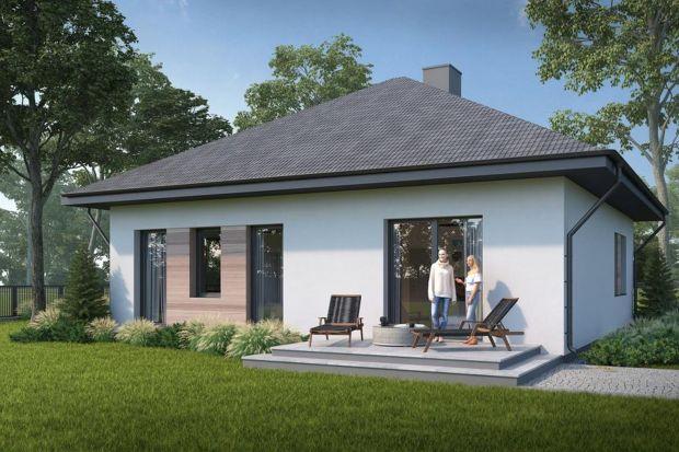 Prefabrykacja może kojarzyć się z tzw. domami z wielkiej płyty. To prawda, jednak współczesne rozwiązania to również domy jednorodzinne – i to nawet niespełna 100 metrowe. Firmy specjalizujące się w produkcji i wznoszeniu domów prefabrykowa