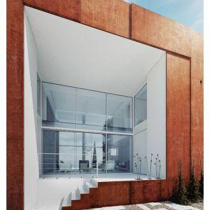 Najważniejszą, centralną częścią budynku jest dwukondygnacyjny salon przeszklony z obydwu stron, dzięki czemu jest on maksymalnie otwarty na otoczenie. Fot. 81.WAW.PL