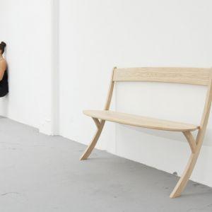 Leaning Bench to przewrotny projekt ławki, która sama potrzebuje oparcia. Proj. Izabela Bołoz