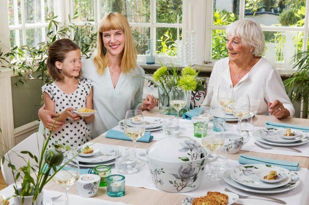 Czas spędzony z babcią i dziadkiem tworzy wspaniałe wspomnienia. Elegancki obiad, spotkanie przy słodkościach i kawie… niezależnie jakie przyjęcie wydamy dla ich cześć wymaga ono perfekcyjnej oprawy i aranżacji.