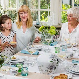 Serwis obiadowy Clematis zdobią ręcznie malowane, duże kwiaty powojnika utrzymane w odcieniach grafitu i szarości. Fot. Fyrklövern