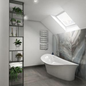 Łazienka na piętrze to niemal salon kąpielowy. Wrażenie luksusu wywołuje spiek kwarcowy na ścianie, który do złudzenia przypomina szlachetny onyks, a także wolno stojąca wanna o nieregularnym kształcie. Fot. Pracownia Architektoniczna MGN