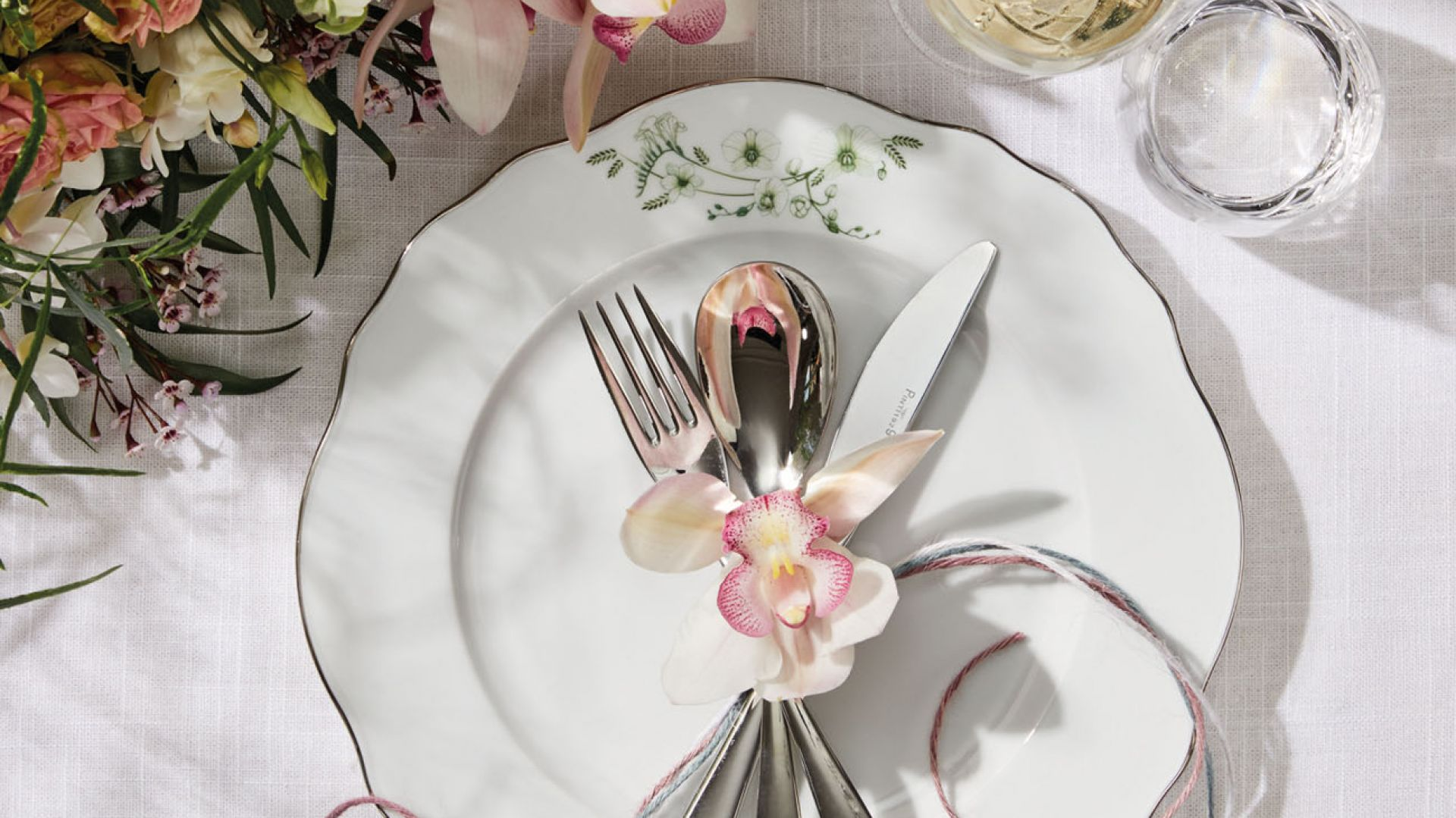 Serwis Sonja z subtelnym kwiatowym wzorem pozwala na stworzenie zachwycających aranżacji stołu na co dzień i od święta. Fot. Fyrklövern