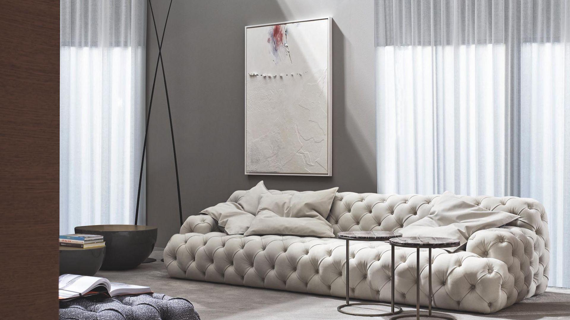 Sofa Norton w nowej wersji, z pikowaniem capitonné przełamującym jej prostą formę. Fot. Meridiani / Mood-Design