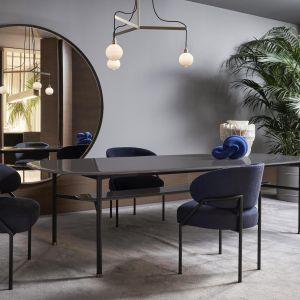 Typowe dla stylu Meridiani jest też nowe tapicerowane w całości krzesło Isetta, na zdj. w zestawie z minimalistycznym stołem Hubert. Fot.  Meridiani / Mood-Design