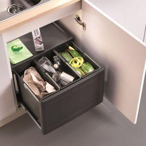 W przypadku szafek z odchylanymi drzwiami sprawdzą się kompletne systemy Blanco Botton Pro z automatycznym lub manualnym wysuwaniem. Fot. Comitor
