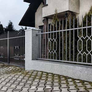 Warto zachować spójność stylistyki ogrodzenia z estetyką domu. Fot. Plast-Met Systemy Ogrodzeniowe