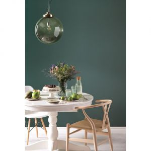 Odważną, ale też bardzo modną propozycją kolorystyczną jest nasycona zieleń.  Kolor Secret Garden. Fot. Beckers