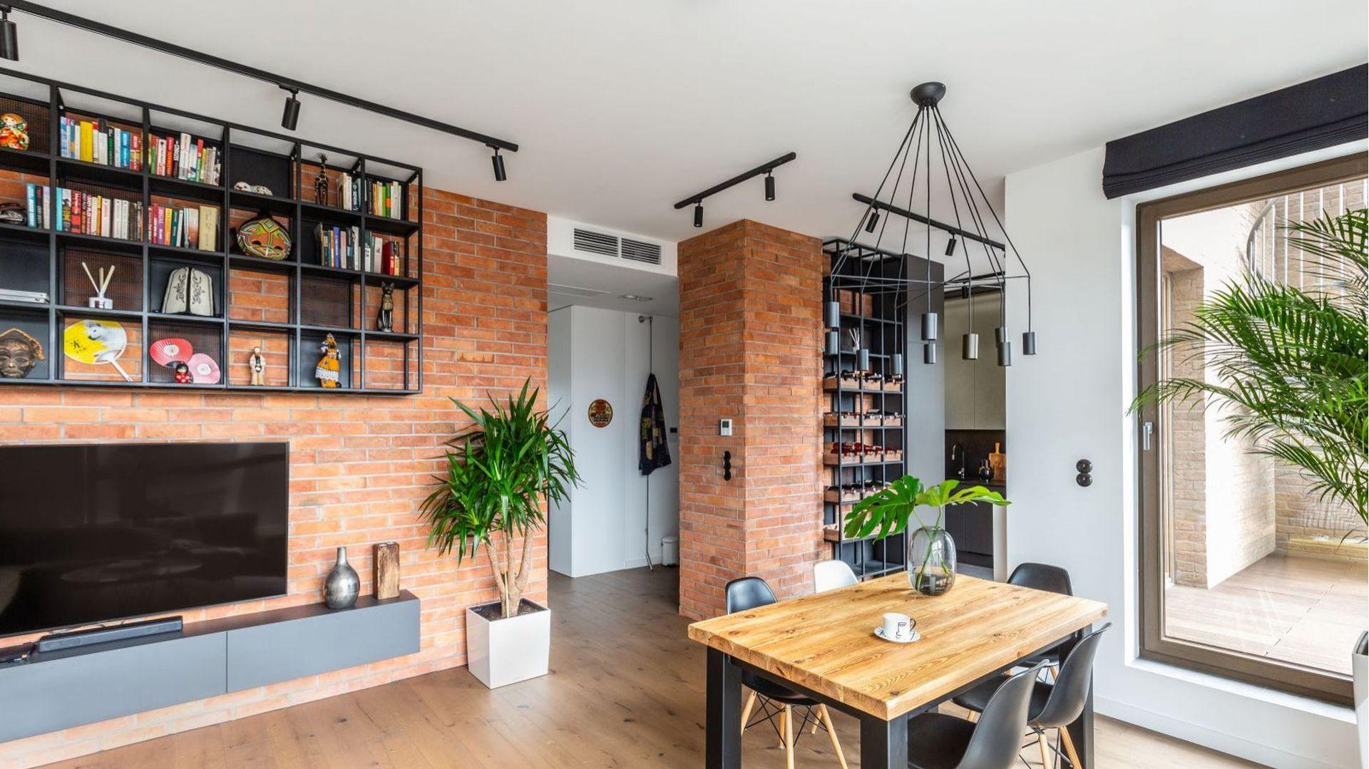 Jak przystało na loft, we wnętrzach zastosowano proste materiały: cegłę, drewno, sporo elementów metalowych. Fot. Decoroom
