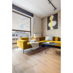 Energetyczny zastrzyk żółtego koloru dostrzeżemy w salonie, sypialni, łazience i nawet w wystroju przestronnego tarasu. Fot. Decoroom