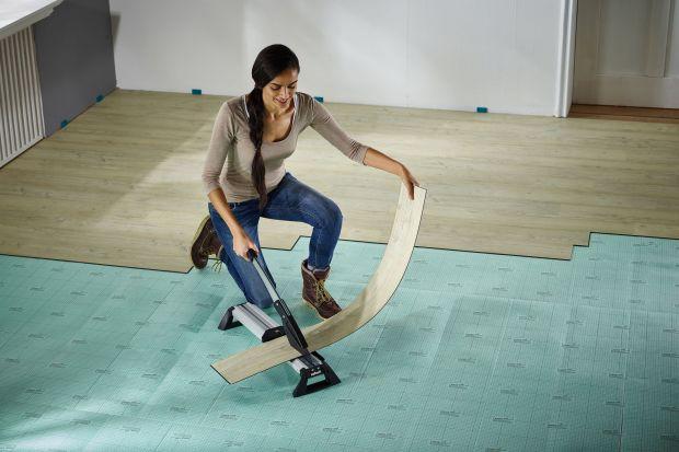 Planujesz noworoczny remont w mieszkaniu lub w domu? Pomyśl o nowej podłodze z laminatu. Jakie zalety mają panele laminowane? Jak je ułożyć samodzielnie? Jakich narzędzi użyć? Oto poradnik, dzięki któremu układanie podłogi staje się jeszcze