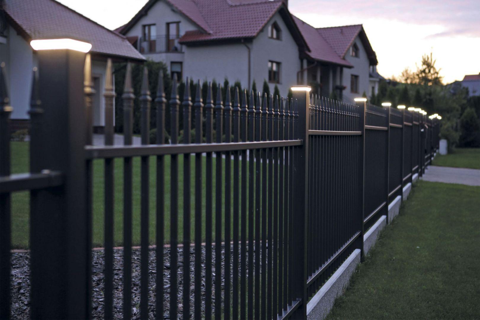 Oświetlenie ogrodowe: Lampy ogrodzeniowe. Fot. Plast-Met Systemy Ogrodzeniowe