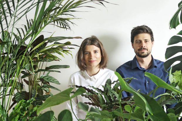 Izabela i Szymon Serej to twórcy młodej polskiej marki Bujnie, specjalizującej się w nowym i coraz bardziej popularnym nurcie wzornictwa, jakim jest biophilic design. Nam opowiedzieli, jak projektuje się dla roślin i dlaczego człowiek żyjąc w ich