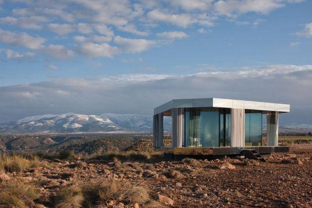 """""""Dom na Pustyni"""" to pionierski projekt, który rzuca wyzwanie naturze, poddając szklane rozwiązania próbie odporności na warunki atmosferyczne. Projektując tak innowacyjny budynek firma Guardian Glass miała na celu zademonstrowanie, jak – popr"""
