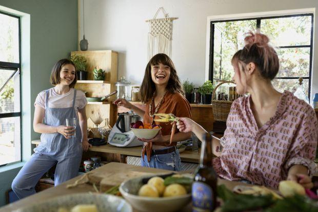 """Globalne trendy związane z wegańskim stylem życia sprawiają, że coraz łatwiej jest przejść na """"zieloną stronę mocy"""". Jak zacząć swoją wielką przygodę z kuchnią roślinną?"""
