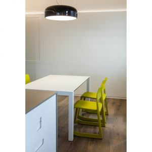 W niższej kondygnacji mieszkalnej znalazły się: łazienka dla gości, nowe schody, pralnia i część kuchni. Architekci zadbali o  ukrycie przed gośćmi głównego pokoju, komina oraz wszystkich urządzeń technologicznych zastosowanych w salonie. Fot. Ritmonio