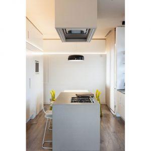 """Zastosowanie """"systemu pudełkowego"""" w aranżacji i rozmieszeniu poszczególnych pomieszczeń, pozwoliło projektantom wyznaczyć praktyczną ścieżkę mieszkaniową pomiędzy pomieszczenia, tworząc """"łączniki"""" pomiędzy typowym budynkiem mieszkalnym z lat 60-tych, a wnętrzami apartamentu wielokondygnacyjnego. Fot. Ritmonio"""