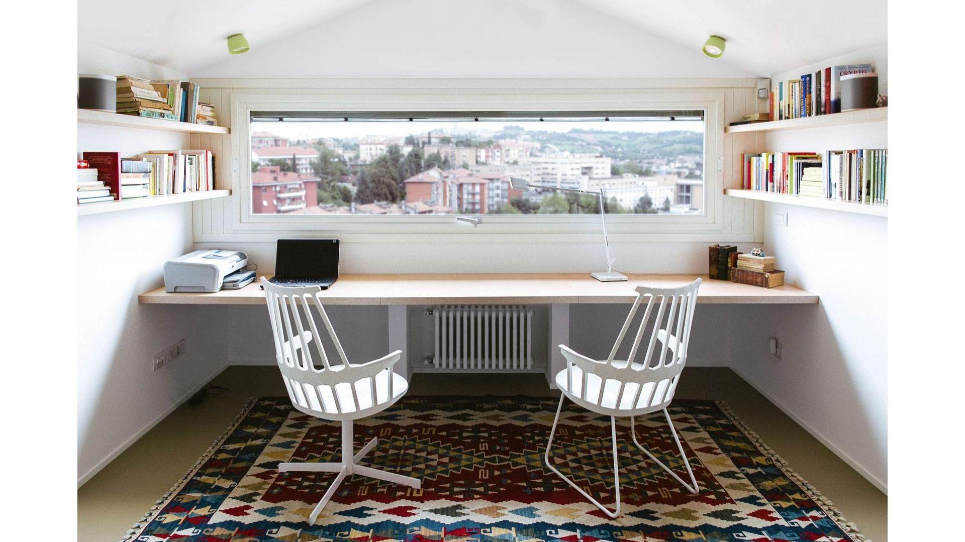 Gruntowne zmiany dotknęły praktycznie całą część mieszkalną apartamentu, począwszy od przesunięcia spiralnych schodów, prowadzących z salonu na poddasze po złączenie kuchni z salonem, tworząc w ten sposób otwartą przestrzeń. Fot. Ritmonio