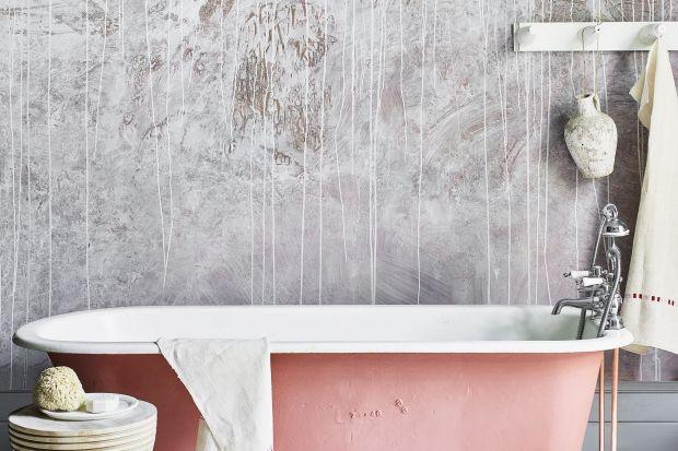 Jeśli nie możesz sobie pozwolić na eksperymenty z prawdziwym tynkiem, zmień wygląd swojej łazienki za pomocą specjalnych farb.