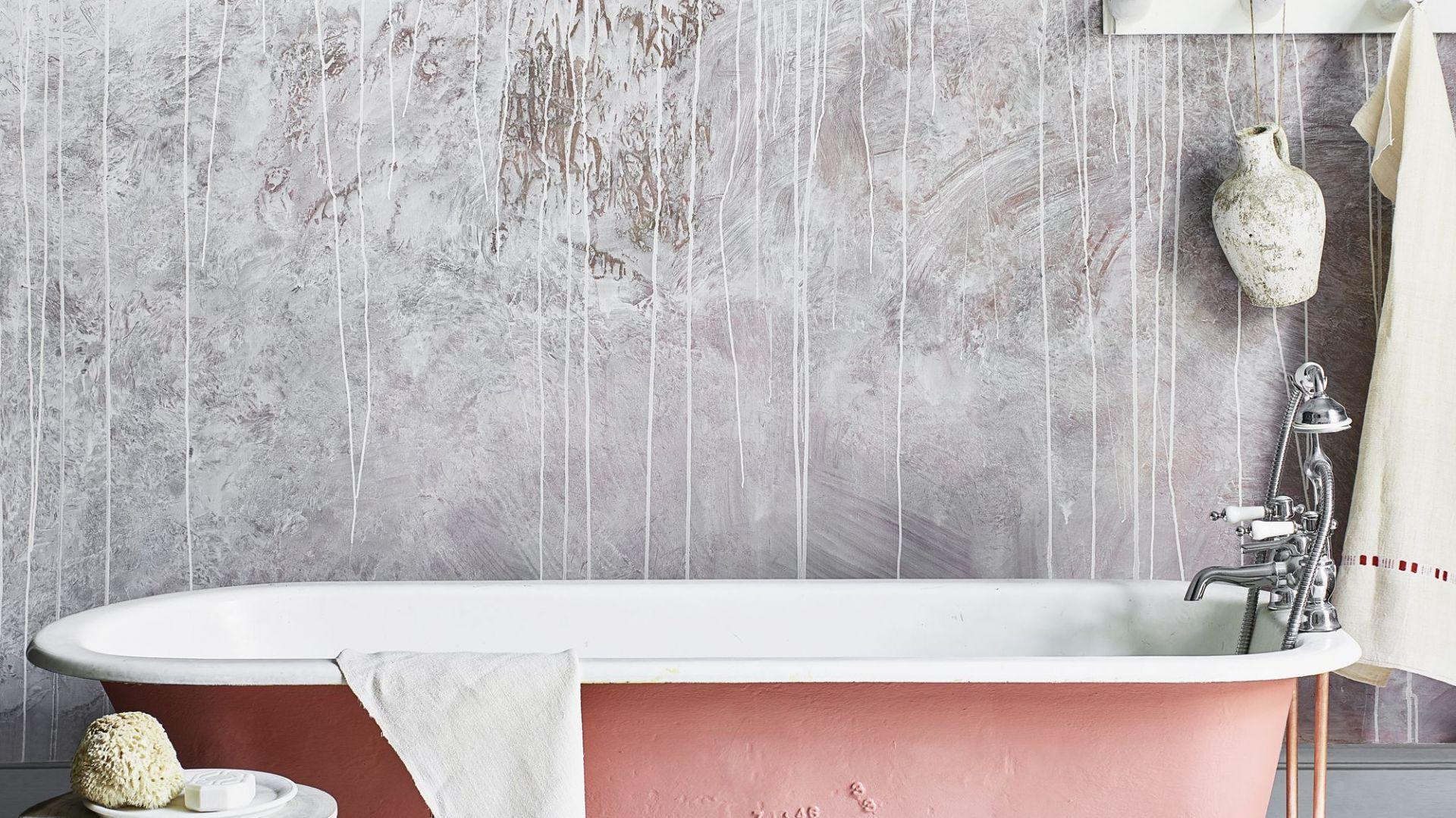 Artystyczna ściana w łazience. Fot. Annie Sloan