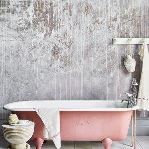 Chalk Paint™ w odcieniach: Scandinavian Pink, Honfleur i Old White (ściana), Scandinavian Pink (wanna), Old White (deski). Wszystkie powierzchnie zaimpregnowane Matt Chalk Paint™ Lacquer. Fot. Annie Sloan
