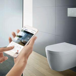 SENSO WASH STARCK – deskę sedesową nowej generacji stworzoną we współpracy z Philippe Starckiem można obsługiwać za pomocą pilota i indywidualnie konfigurować za pomocą aplikacji na smartfona. Szeroki zakres opcji podgrzewania siedziska, przypływu wody i temp. suszenia; z czujnikiem ruchu. Dostępna w ofercie firmy Duravit. Fot. Duravit