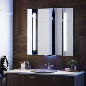 VERDERA -inteligentne lustro łazienkowe wyposażone w usługę asystentki głosowej Amazon Alexa. Za pomocą komend głosowych można regulować natężenie oświetlenia, ale także spytać Alexę o najnowsze wiadomości czy pogodę w innym mieście. Dostępne w ofercie firmy Kohler . Fot. Kohler