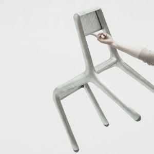 Ultraleggera to nowy projekt zieta.prozessdesign. Stanowi połączenie ultralekkiej i wytrzymałej ramy z perforowanym siedziskiem i oparciem. Całość wykonana jest w technologii FiDU, a pojedyncze krzesło waży mniej niż 1600 g. Fot. zieta.prozessdesign