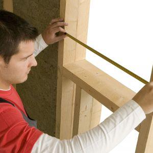 Montaż lekkich ścianek działowych z izolacją akustyczną z wełny kamiennej. Fot. Paroc