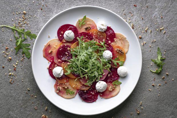 Poszukując lekkostrawnego, bogatego w wartości odżywcze składnika, który najprostszej potrawie nada wyrazistego smaku i koloru, warto zaopatrzyć się w rukolę. Daje ona naprawdę duże pole do popisu w kuchni i zawiera szereg wartości odżywczych.