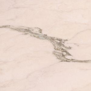 Marmurowe płyty o wyjątkowej barwie łososiowego różu, delikatnej mięty i bieli, z wyrazistymi wstęgami użyleń to Rosa Portogallo od Interstone. Fot. Interstone