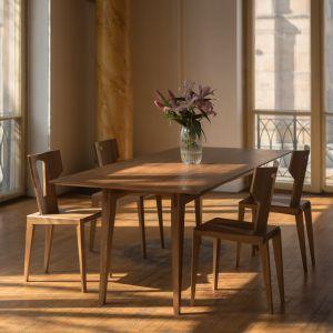 Dębowy stół Tamaza i krzesła Pegaz.  Fot. Swallow's Tail