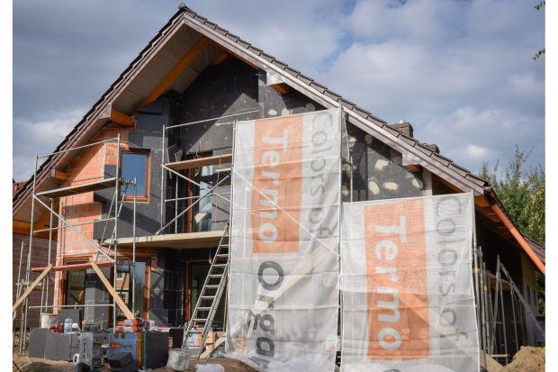 Eksperci podkreślają, że kompleksowa termomodernizacja jest ekonomicznie opłacalna zarówno dla portfela właściciela domu, jak i środowiska. Dlaczego? Według danych straty energii cieplnej budynków w około 1/3 spowodowane są przenikaniem ciepł
