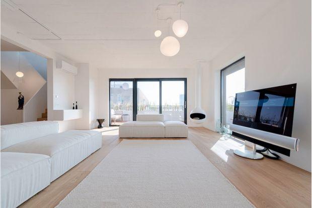 Salon apartamentu, gdzie znalazły się jedynie meble służące relaksowi, zalany jest światłem dzięki dużym oknom. Zmieniający się w ciągu dnia widok zza nich zastępuje obrazy. Zgodnie z zasadą wnętrz w stylu zen w apartamencie znalazło się