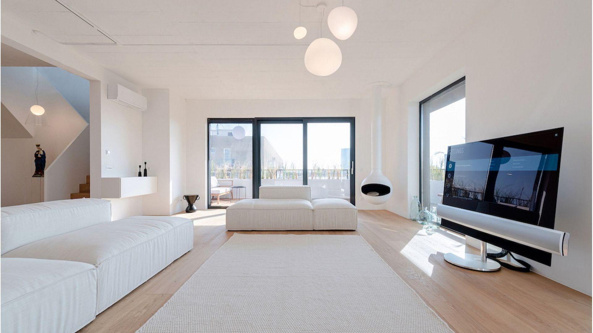Salon apartamentu w Bratysławie odwołuje się do stylu zen. Fot. Nobonobo