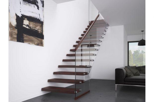 Lekkie schody bazujące wyłącznie na stopnicach sądobrym rozwiązaniem szczególnie w małych przestrzeniach. Umieszczone na jednej ze ścian, łączą dwie kondygnacje w domu bez zabierania powierzchni pod konstrukcją, którą można swobodnie zaar