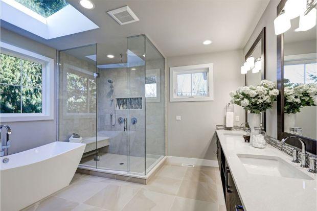 Łazienka to jedno z najbardziej narażonych na wilgoć miejsc w domu. Zanim w kącie ściany lub na suficie odkryjemy rozwijające się grzyby lub pleśnie, warto wcześniej zadbać o sprawną wentylację. Właściwa instalacja odprowadzi z pomieszczenia