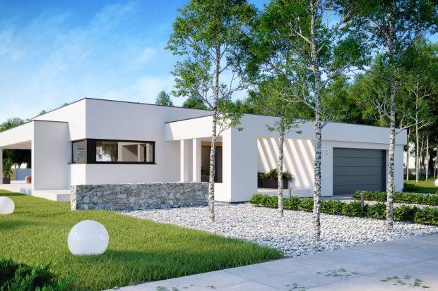 HomeKONCEPT 73 to projekt nowoczesnego domu parterowego, przykrytego płaskim dachem. Budynek wygląda interesująco dzięki atrakcyjnie zaaranżowanej elewacji w jasnych barwach.