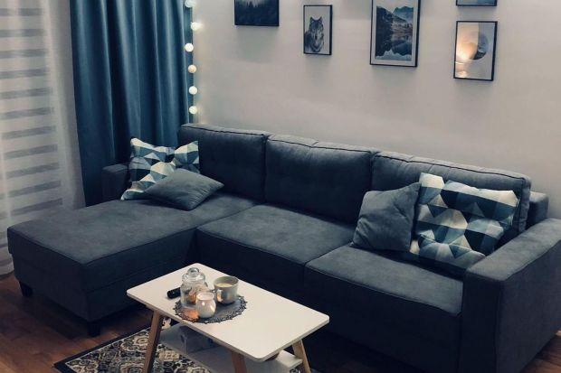Idea projektu wnętrza tego mieszkania nawiązuje do najnowszych trendów: kolorystyki classic blue z dodatkami z naturalnego drewna oraz bieli.