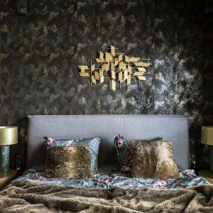 Oryginalne lampy ze złotymi kloszami na szafkach w kolorze szlachetnego kruszcu podkreślają charakter aranżacji. Projekt: Magdalena Młynarska. Fot. Yassen Hristov/Hompics.com