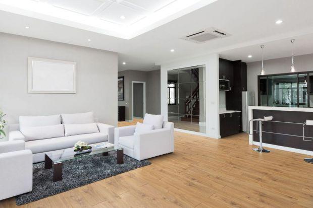 Co zrobić, by szybko sprzedać swoje mieszkanie? Okazuje się, że przystępna cena, korzystna lokalizacja i dobry standard wyposażenia nie wystarczają. Równie istotne jest pierwsze wrażenie, jakie wywołuje wygląd lokum u potencjalnego nabywcy.