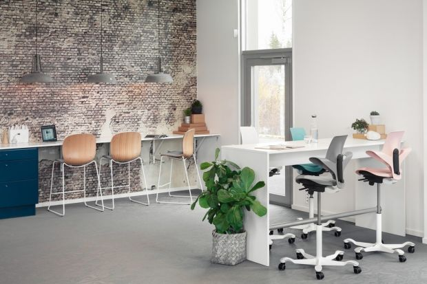 Krzesła z plastikowych nakrętek, zderzaków samochodowych, butelek po keczupie. Tak o lepszą, bo zieloną przyszłość walczą świadomi producenci mebli. Także i u nas. O przepisie na ekologiczny design mówi Magdalena Borowiec, dyrektor marketingu