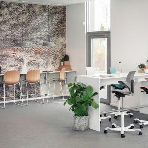 Krzesła Flokk odznaczają się jednym z najmniejszych śladów węglowych w branży. Fot. Flokk Polska