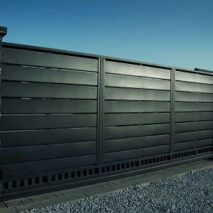Minimalistyczny design linii Trawertyn jest inspirowany współczesną architekturą, w której geometria i odważne bryły odgrywają kluczową rolę. Fot. Plast-Met Systemy Ogrodzeniowe