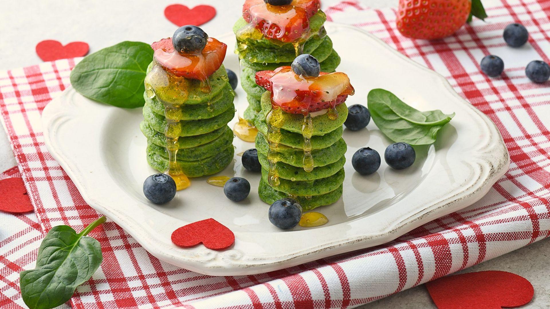Przepisy na Walentynki. Zielone miniplacuszki z owocami .Fot. Orchidea Creative Group.